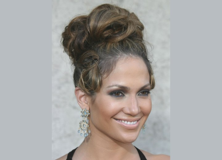 Jennifer Lopez - Barbarella hairdo with curls