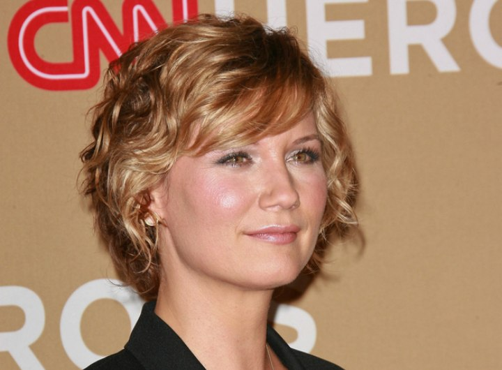 Side view of Jennifer Nettles short curly hair
