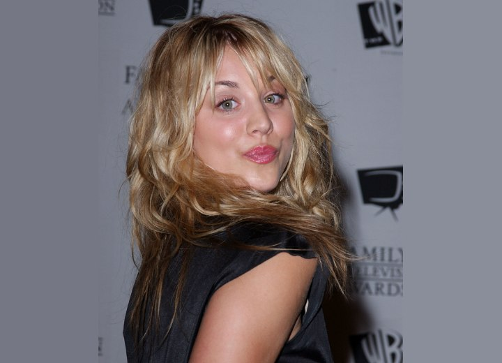 Hair with reddish brown and blonde tones - Kaley Cuoco