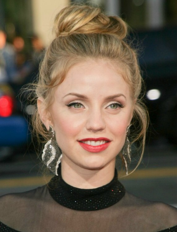 Kelli Garner With Her Hair In An Updo With A Top Knot