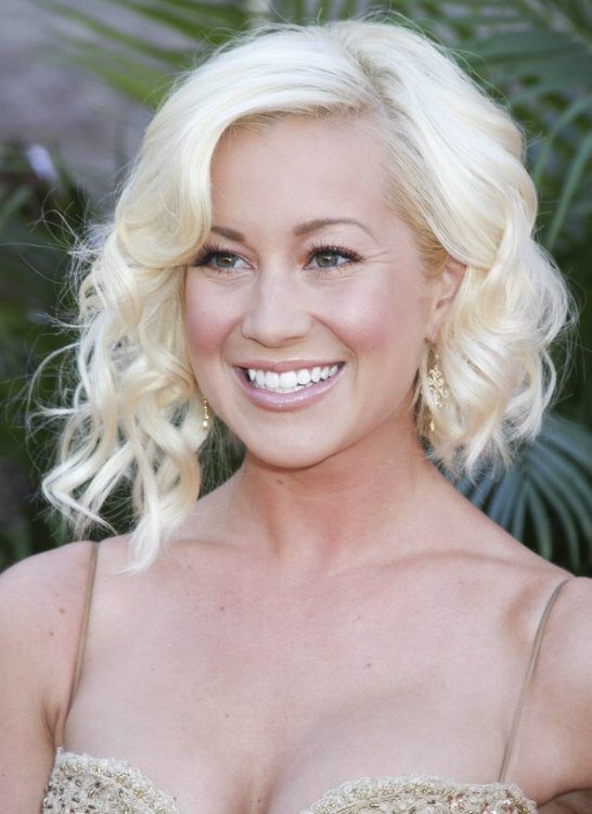 Kellie Pickler wearing her hair with asymmetry and waves
