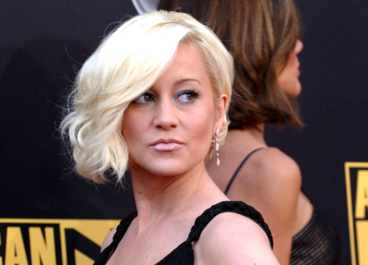 Kellie Pickler wearing her blonde hair in a glamour bob