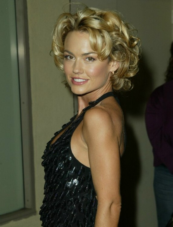 Kelly Carlsons Short Hairdo With Bouncy Curls
