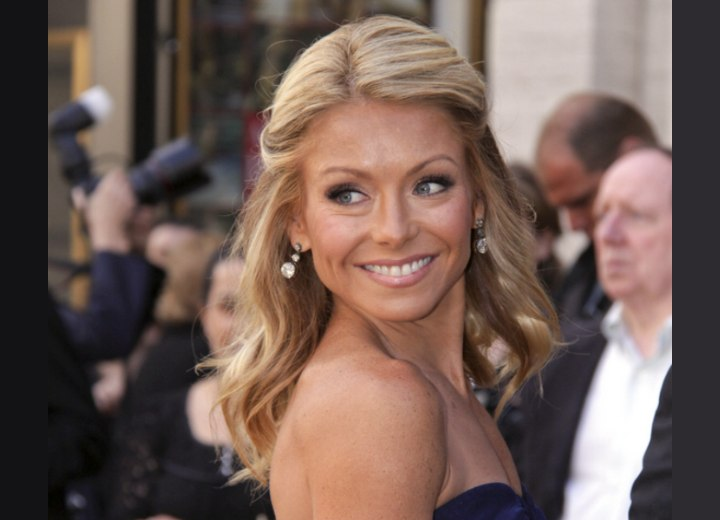Kelly Ripa's blonde hair with brown slices