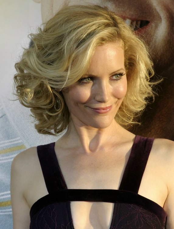 Leslie Mann S Shoulder Length Hairstyle With Large Opulent Curls