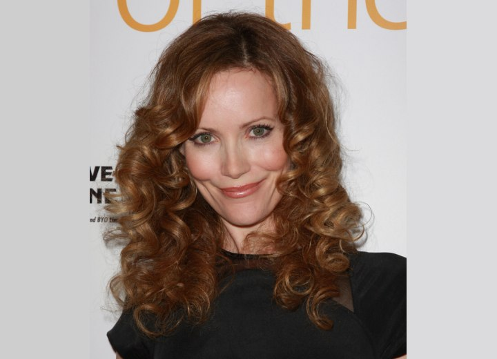 Leslie Mann with long spiraled hair