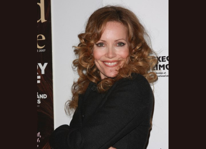 Long hair with spiraling curls - Leslie Mann