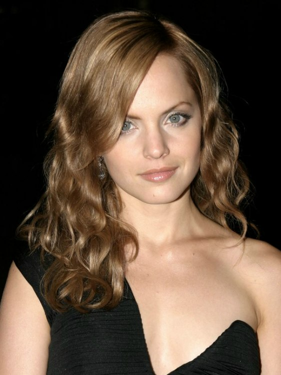 Mena Suvari Wearing Her Hair Long With Layers And Waves