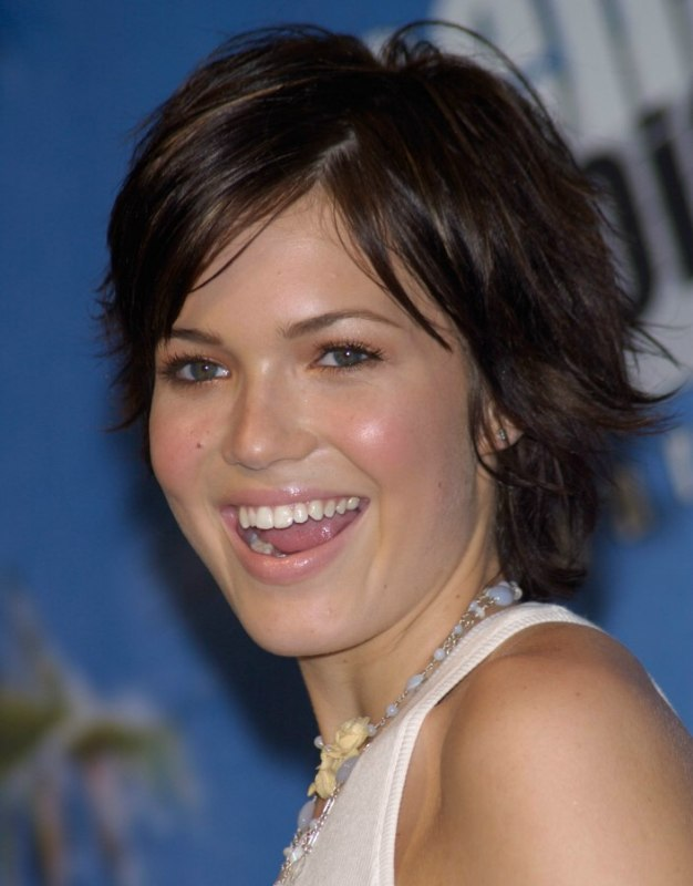 Mandy Moore S Hair In A Carefree Grown Out Pixie With Bangs