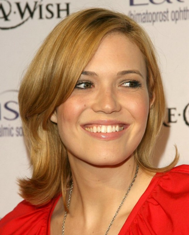 Mandy Moore S Simple Medium Length Hairstyle With Layers