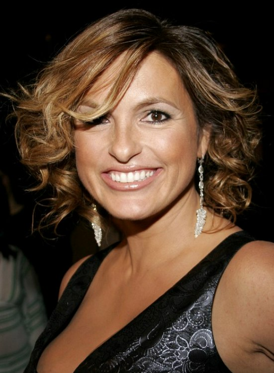 Mariska Hargitay's hairdo with hair that is touching the shoulders