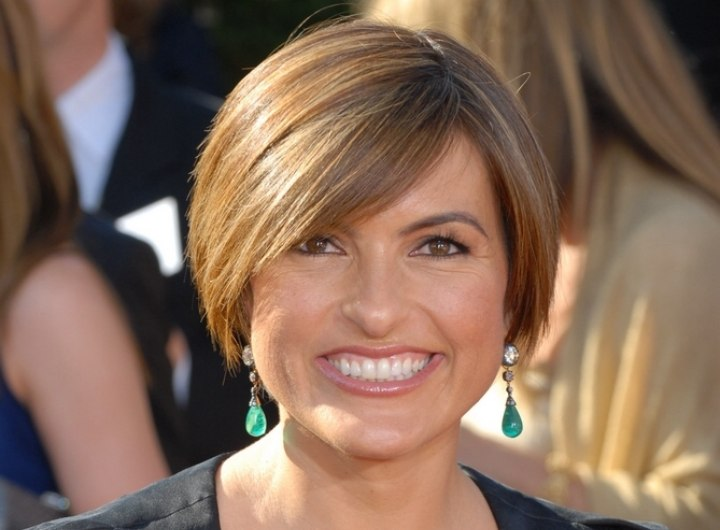 Mariska Hargitay wearing her hair short and smoothly layered