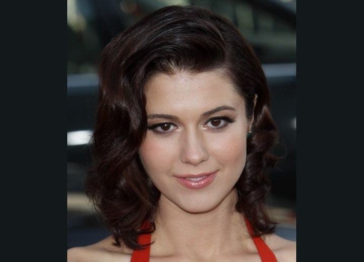 Mary Elizabeth Winstead wearing her hair with waves and curls