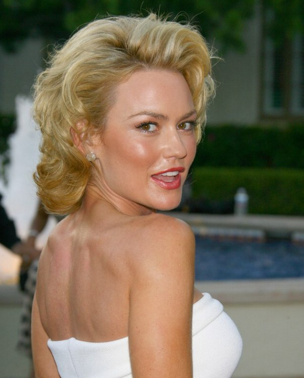Kelly Carlson With Her Hair Styled For A Marylin Monroe Look