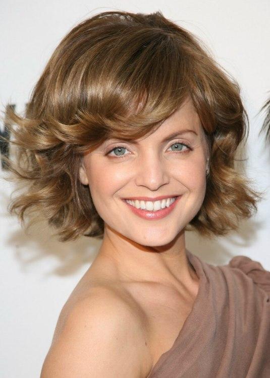 Mena Suvari S Natural Appearing Make Up And Flip Up Hair