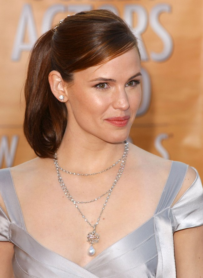 Jennifer Garner Wearing A Simple Classy Hairstyle With A