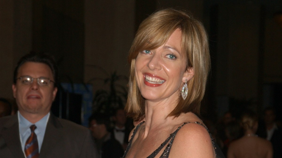 Allison Janney S Young And Fresh Medium Length Shag Hairstyle
