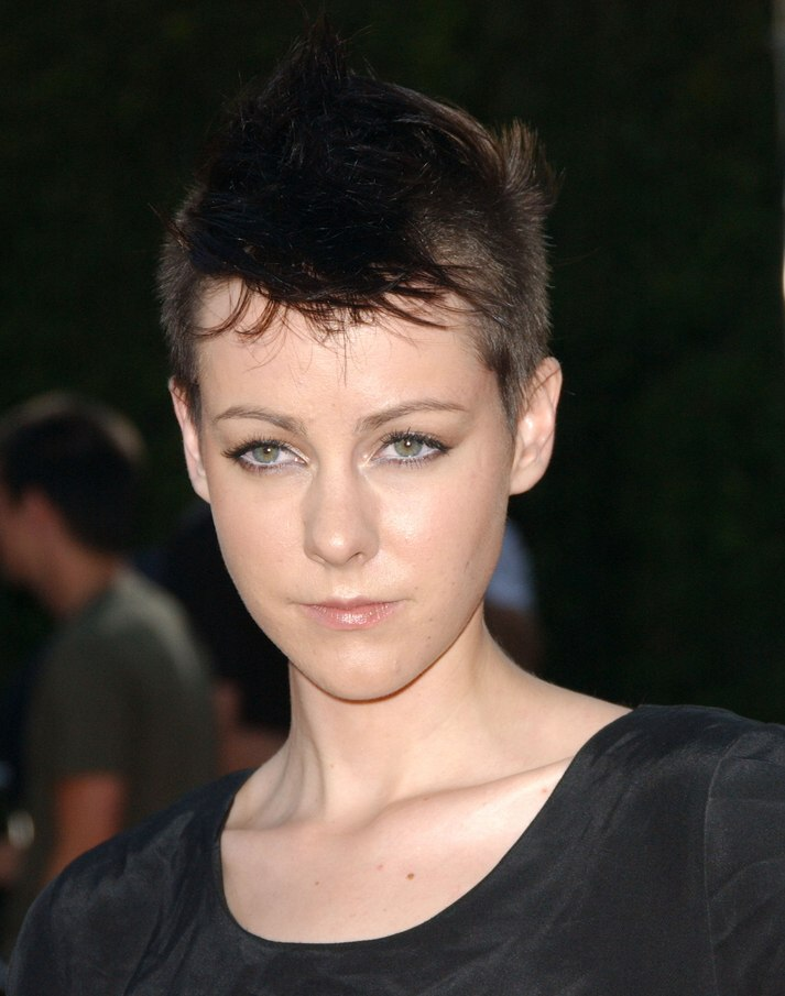 Jena Malone S Short Hair Clipped Up Close To Her Head And