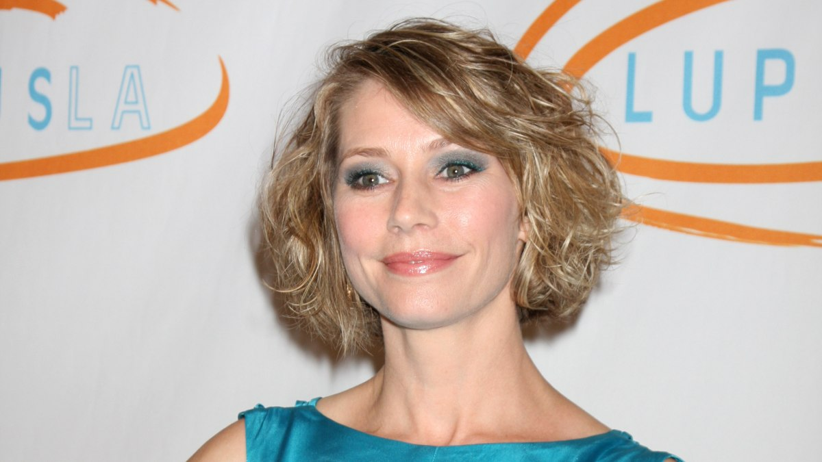 Meredith Monroe Fun Short Hairstyle For Culy Haired Girls