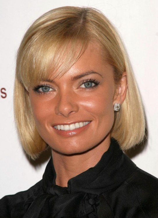 Jaime Pressly S Trendy Bob Hair Style With Side Swept Bangs