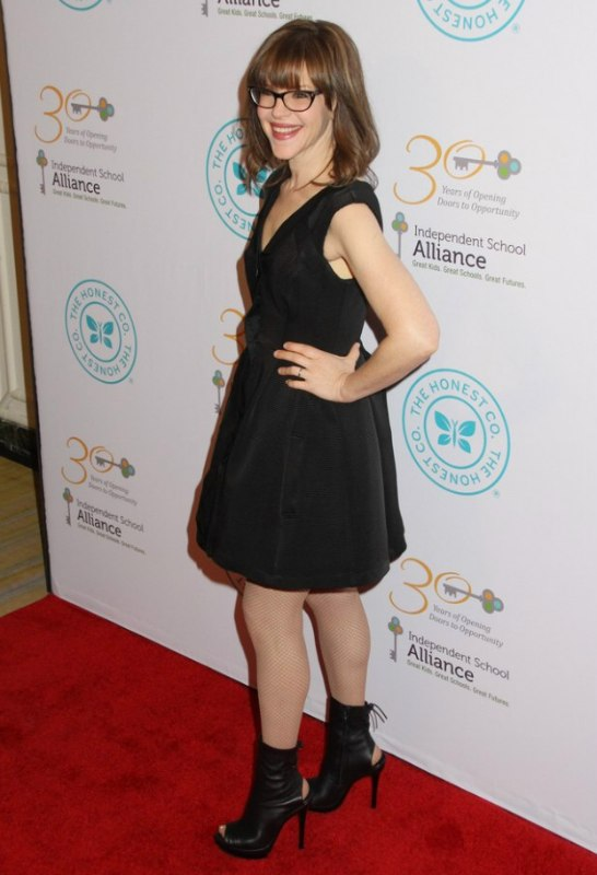 Lisa Loeb Wearing Glasses And With Her Hair In A Long Bob