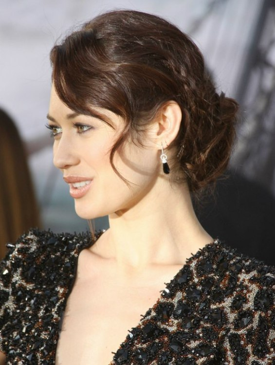 Olga Kurylenko S 1940s Updo With Finger Wave Bangs And A Braid