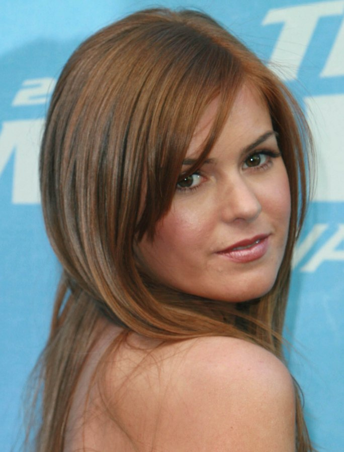 Isla Fisher S Long Reddish Blonde Hair With Tapered Bangs