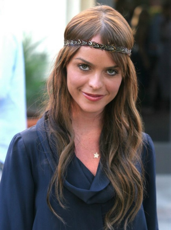 Taryn Manning S Long 60s Hairstyle With A Retro Headband