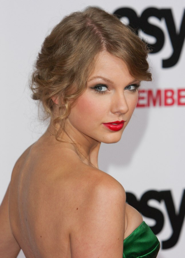 Taylor Swift Hair Braided And Gathered Into A Large