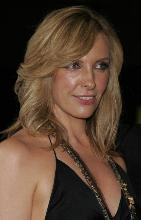Toni Collette S Hairstyle Long Layered And Straight