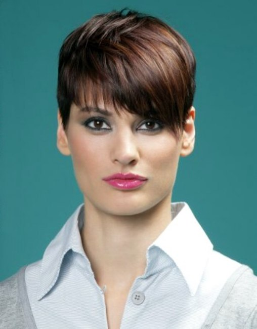 Short hairstyle with short sides for sporty women