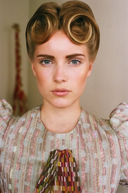 Vintage Beige - Style 1. short carré haircut. French vintage hairstyle