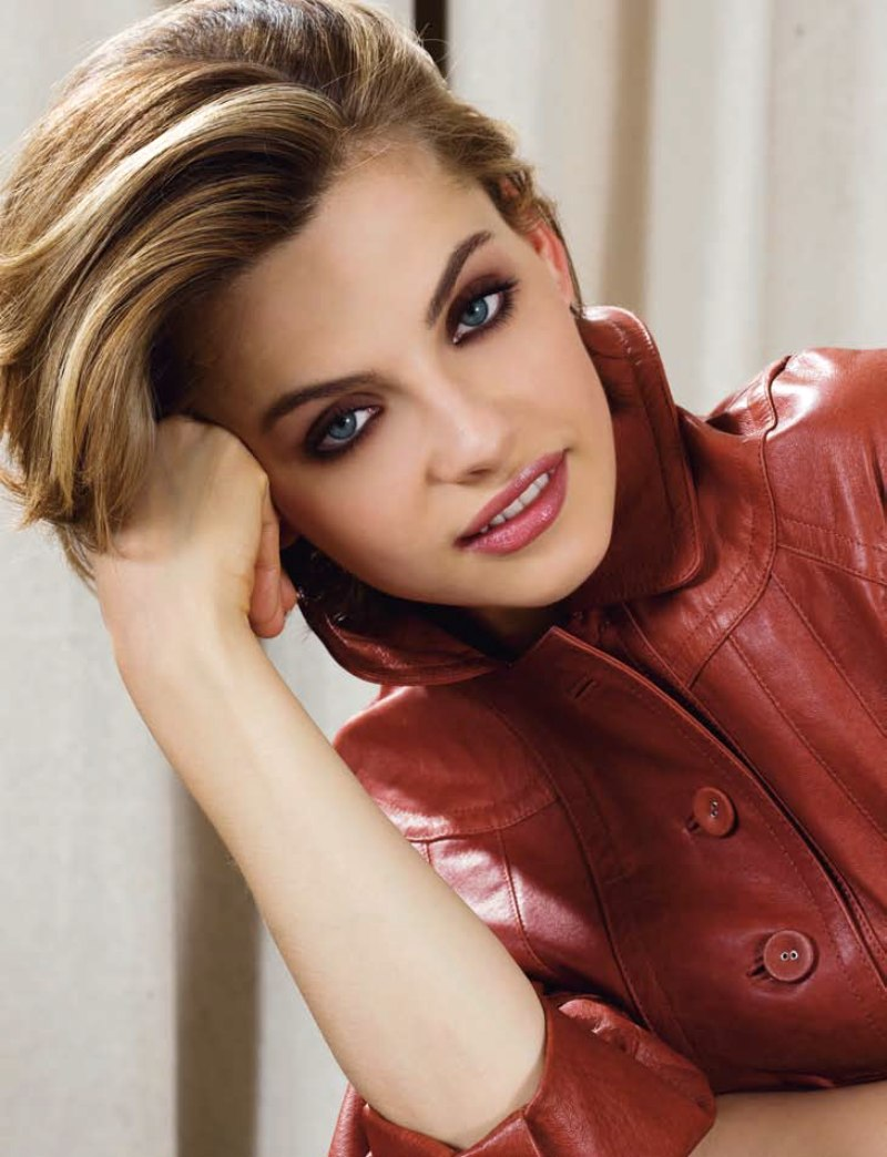 Short Haircut For Professional Women Keeps Collars Of