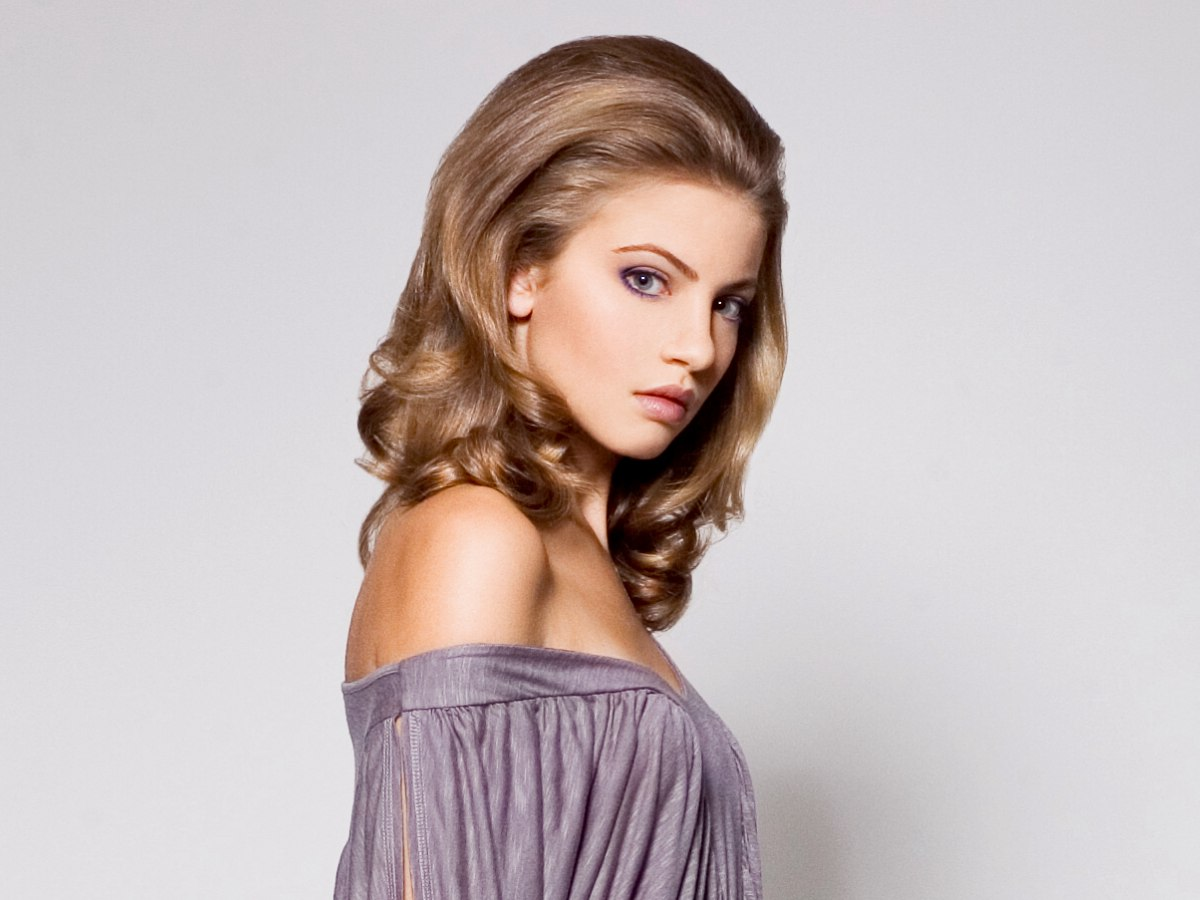 Fantastic 1960S Inspired Hairstyle With Long Flowing Waves That Curl Up At Short Hairstyles Gunalazisus