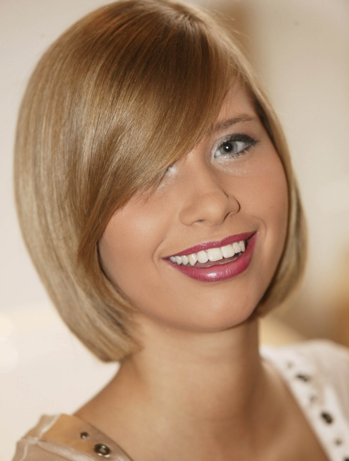 Peachy Blunt Cut Bob Hairstyle With A Curved Fringe And Hair That Moves Short Hairstyles Gunalazisus
