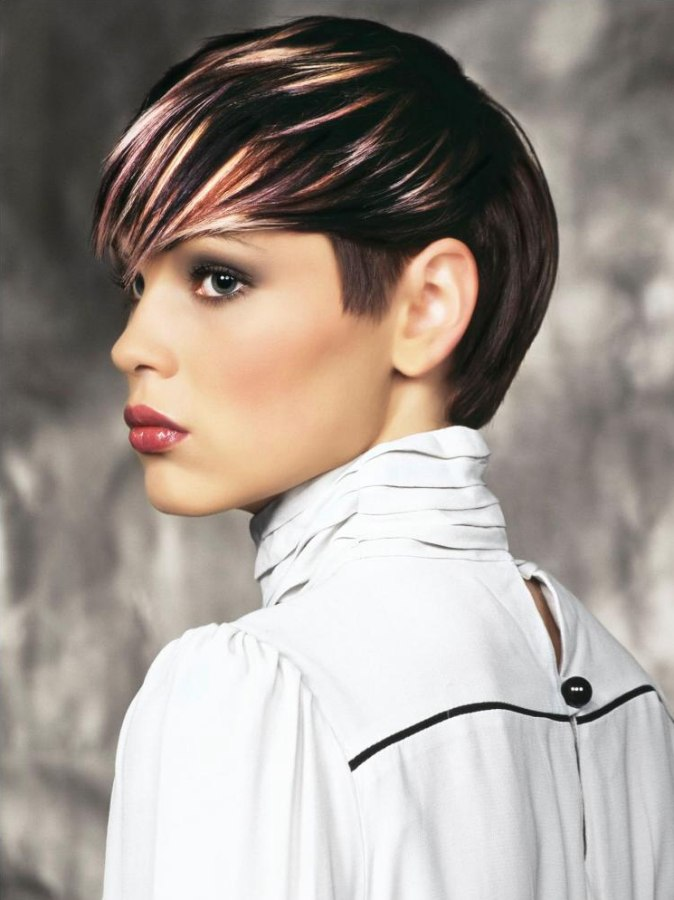 Short Hairstyle With Streaks And Contrasts In Hair Color