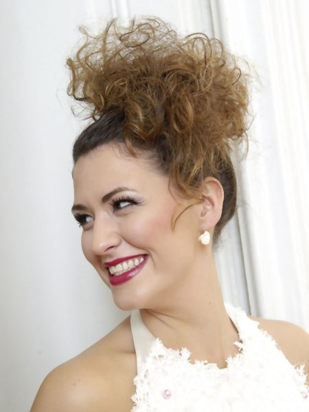 Comfortable wedding hairdo for hair with curls