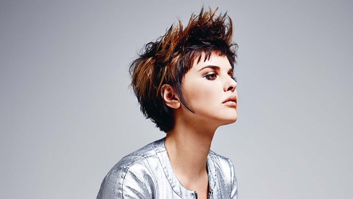 short hair lifted up to sharp spikes on the crown