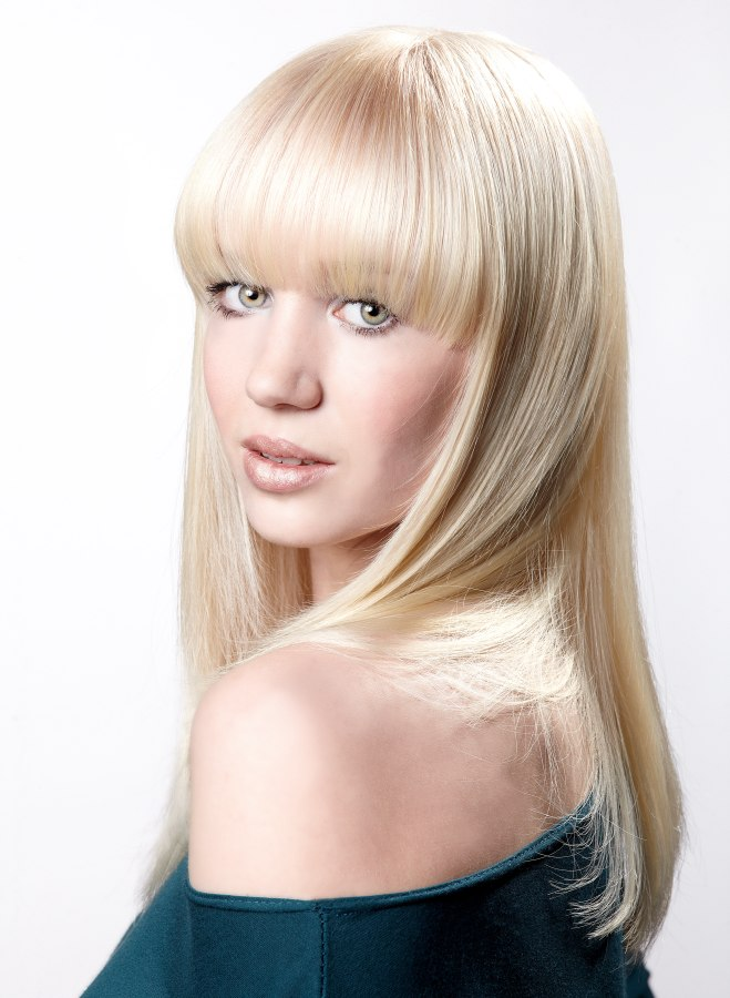 Classic long blonde hair with long bangs bangs that follow the upper line of the eyes sciox Gallery