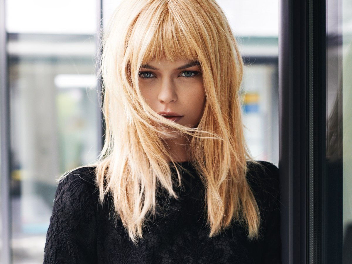 simple long blonde hair with irregular layers