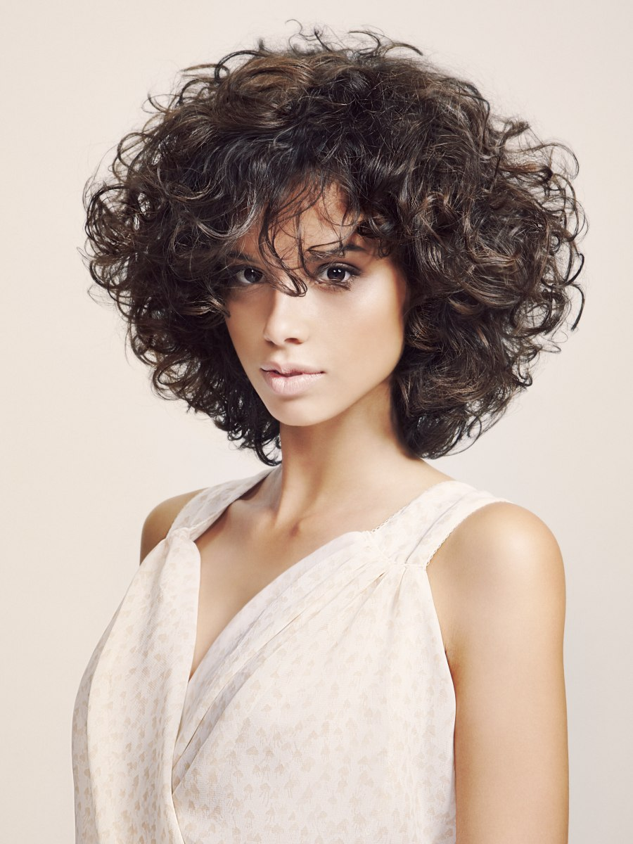Slimming Effect Hairstyle With Curls That Were Shaped With