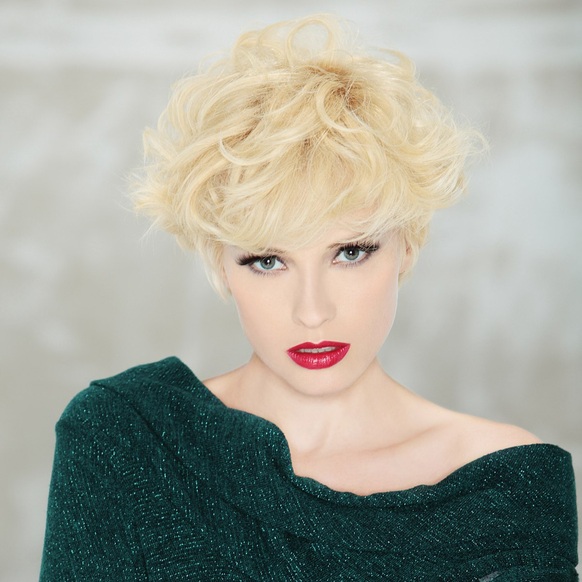 Sexy Short Blonde Haircut That Can Be Styled From Simple
