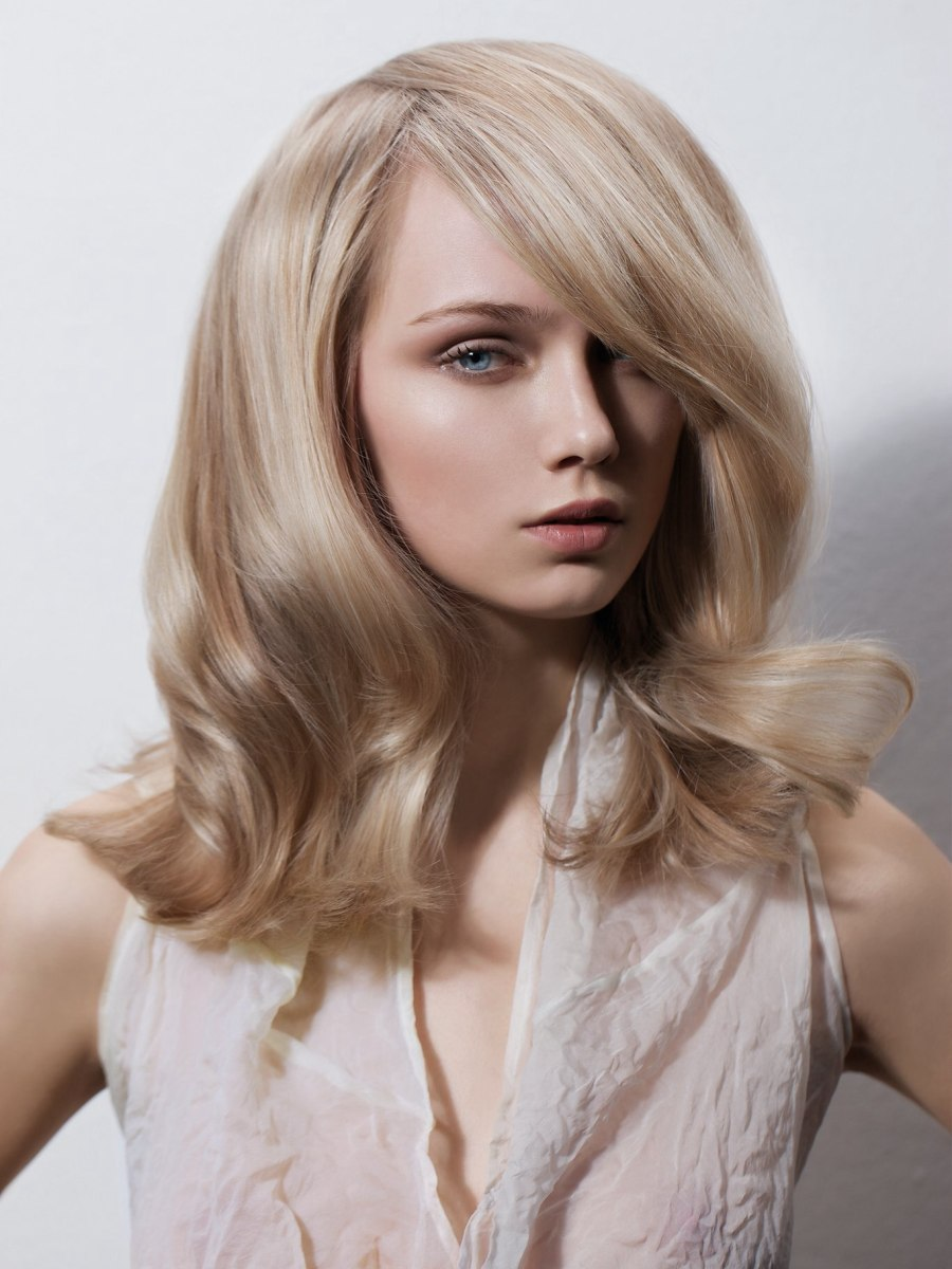 Bouncy long hairstyle with an overlapping partition