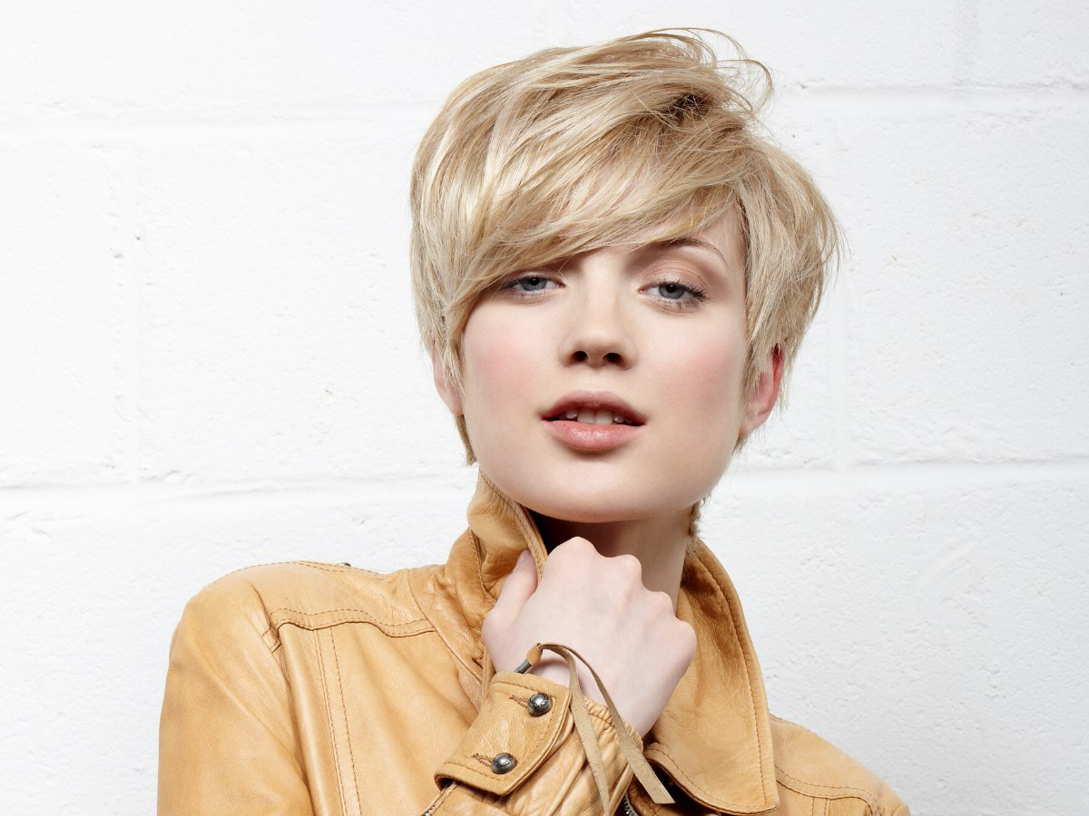 Layered short haircut with neck hair that almost reaches the shoulders