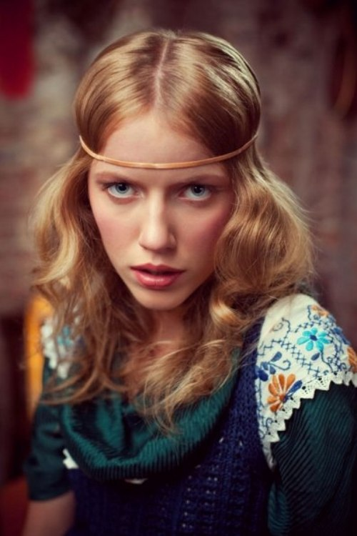 Easy Long 60s Hairstyle With A Headband