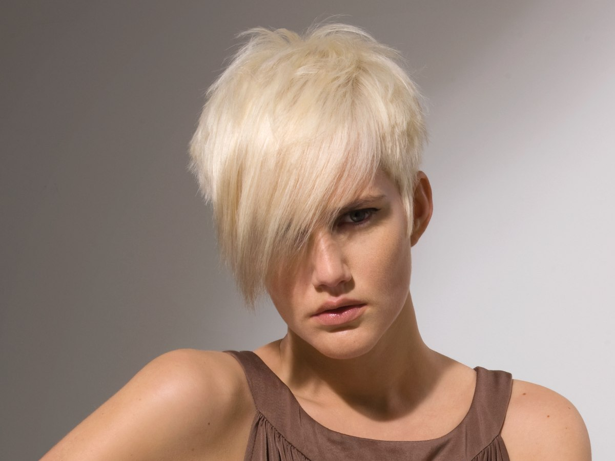Short hairdo layered for extra body - Coupe courte blonde ...