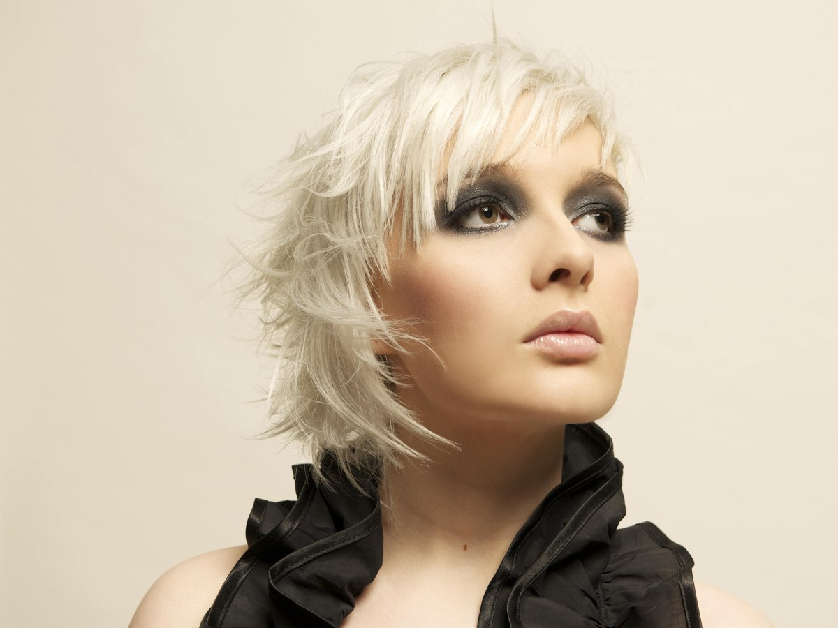 Short, light and feathery haircut for platinum blonde hair