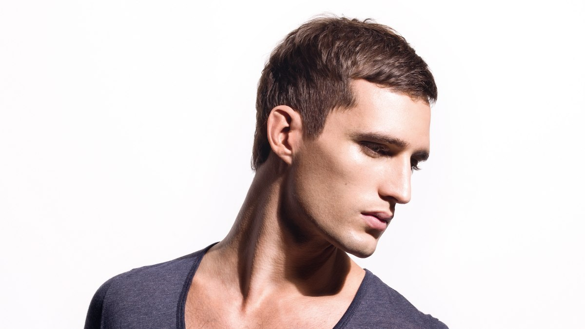 Simple and classic short men\'s hairstyle