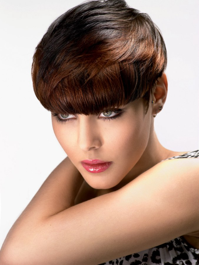 Short top weighted hairstyle with a cutting line that falls at the tops of th