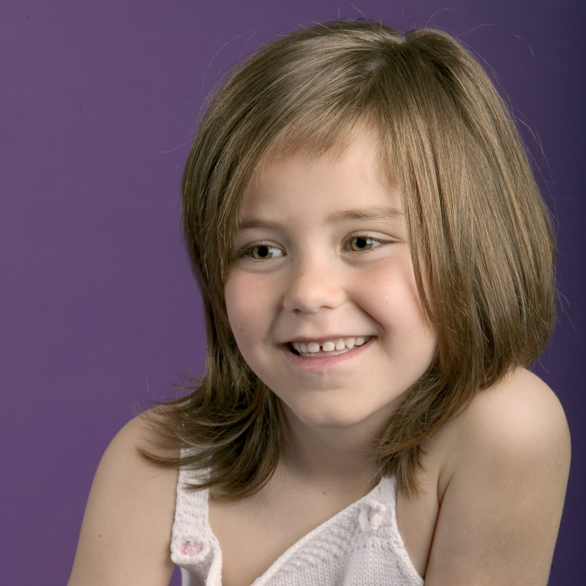modern hairstyle for young girls with hair falling to chin level